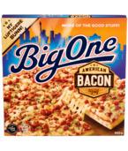 Big One American Bacon er toppet med massevis av american bacon. Sammen med mozzarella, løk og en mild tomatsaus får du en ordentlig smaksrik pizza.