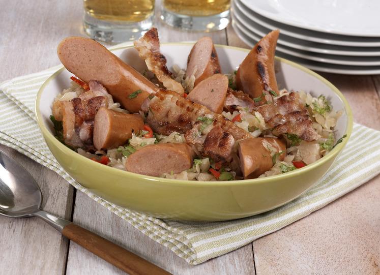 Kjøttpølse med bacon, surkål og brun saus