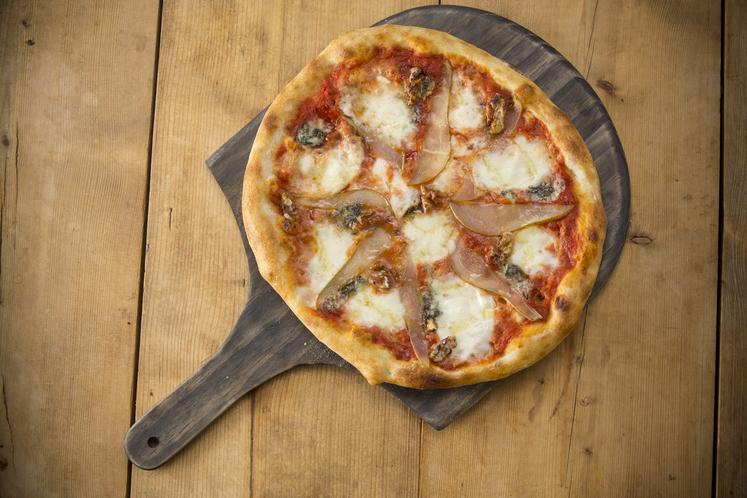 Italiensk pizza med blåmuggost og pære