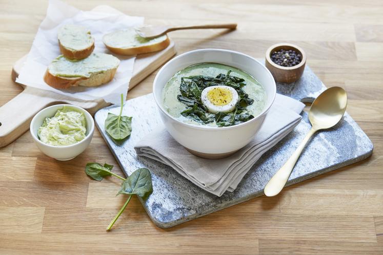 Spinatsuppe med smørstekt spinat og kokt egg