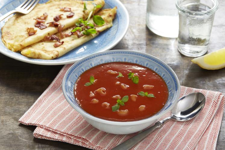 Tomatsuppe med makaroni og pannekaker