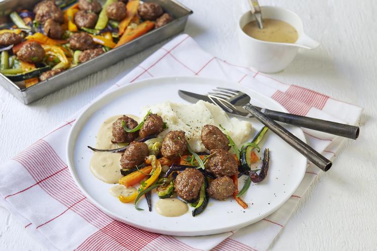 Kjøttboller med ovnsbakte grønnsaker og pikant fløtesaus