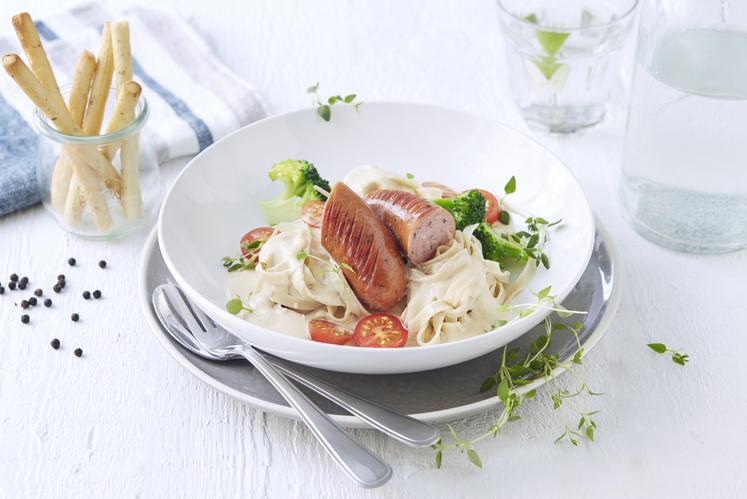 Pølser og pasta med fløtesaus