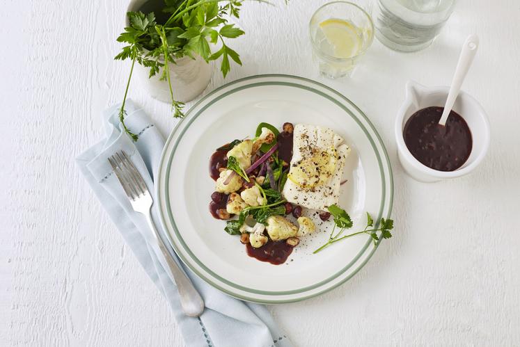 Ovnsbakt torskefilet med rødvinssaus og lun blomkålsalat
