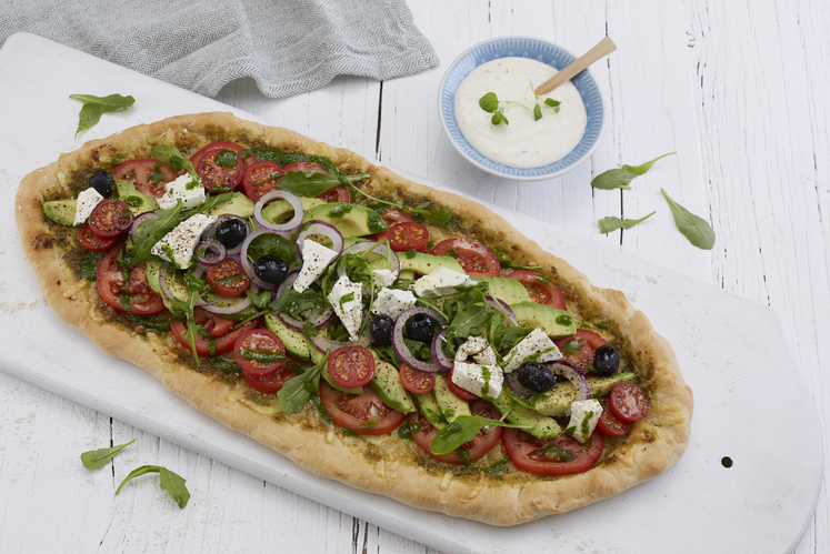 Vegetarpizza med avokado, fetaost og oliven