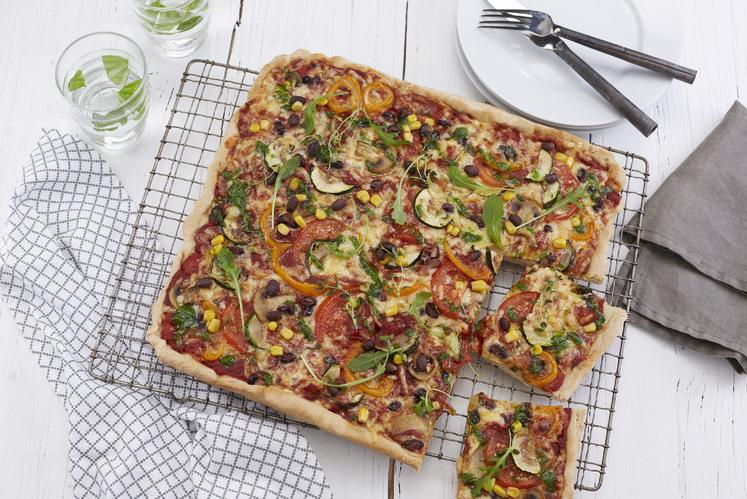 Vegetarpizza med tomat, løk & urter