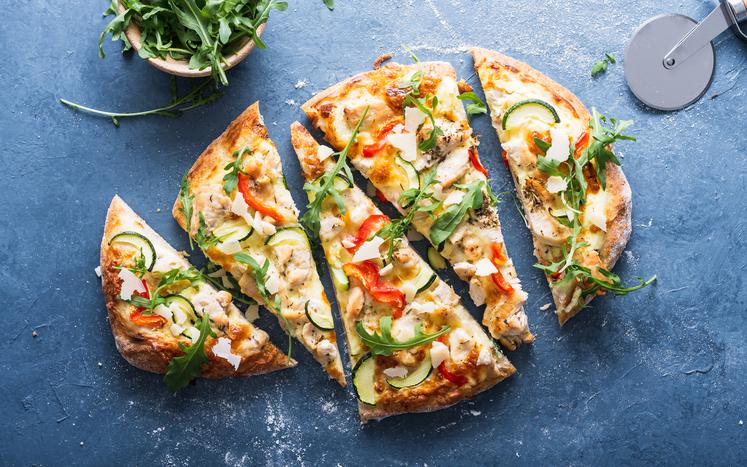Hvit blomkålpizza med kylling, squash, paprika