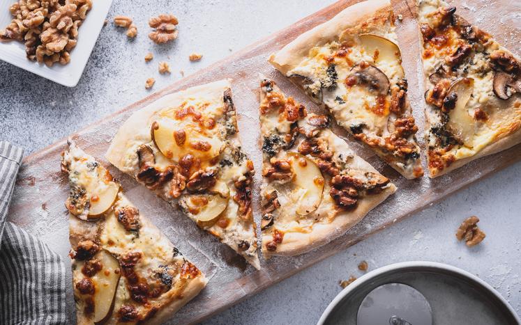 Hvit pizza med pære, blåmuggost og valnøtter