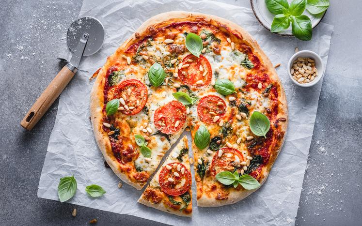 Italiensk vegetarpizza med spinat, tomat og basilikum