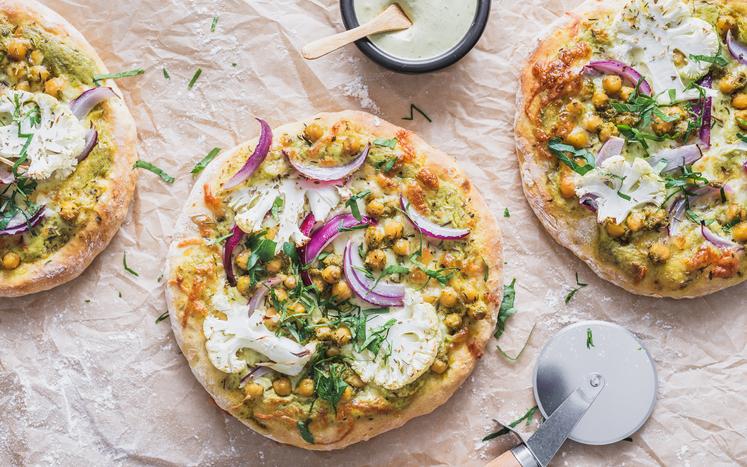 Hvit søtpotetpizza med pesto og kikerter