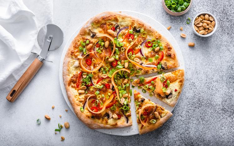 Vegetar thai-pizza med peanøtter og vårløk