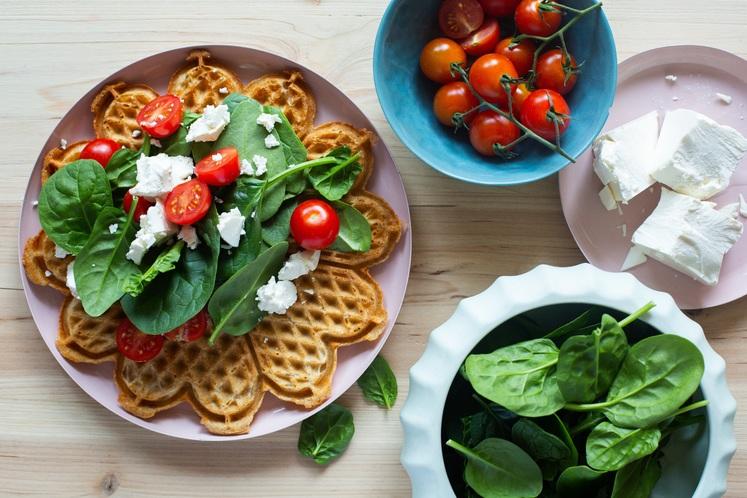 Grove vafler med spinat, tomat og fetaost