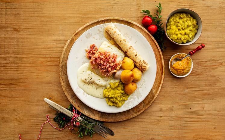 Tradisjonell lutefisk med ertestuing og hvit saus
